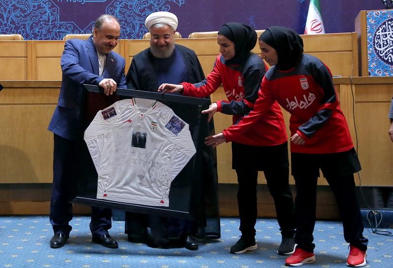 روحانی در دیدار صمیمی با ورزشکاران: ملت ایران از تهدید نمیهراسد