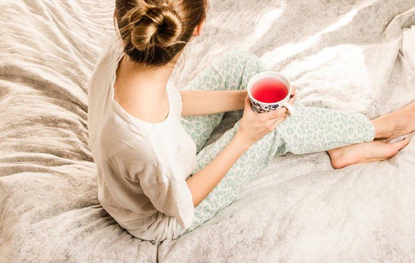 برای خواب سریع و راحت، مصرف کافئین را محدود کنید و نوشیدنیهای آرامبخش بنوشید
